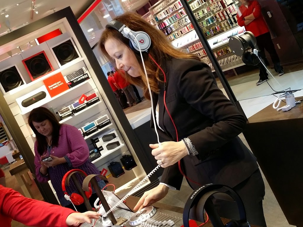 Shopping in a Tech Wonderland #VZWBuzz | Verizon Wireless Destination Store